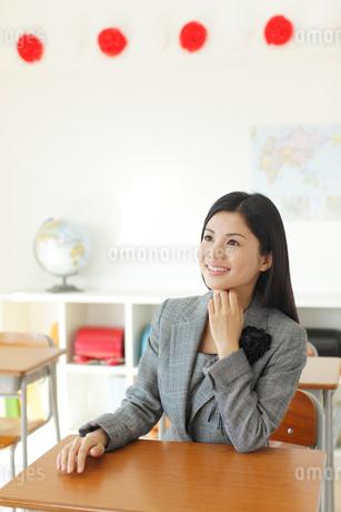 卒業式の日に教室で感慨に浸る先生の写真素材 [FYI02031094]