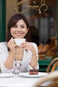 ヨーロッパイメージのカフェで寛ぐ女性の写真素材 [FYI02031096]