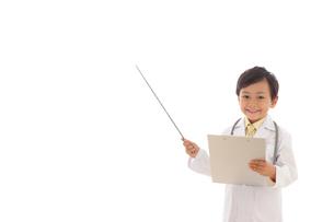 指示棒で案内する小さなお医者さんの写真素材 [FYI02031106]