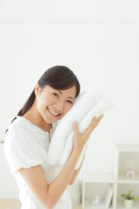 タオルに頬ずりする若い女性の写真素材 [FYI02031117]