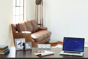 ソファーのある海外イメージのオフィスの写真素材 [FYI02031119]