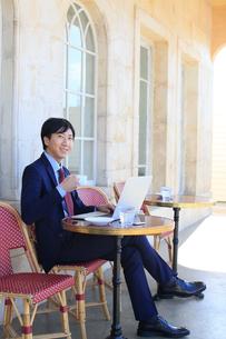 カフェで仕事をするビジネスマンの写真素材 [FYI02031123]