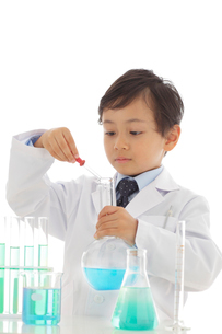 白衣を着て研究をする男の子の写真素材 [FYI02031124]
