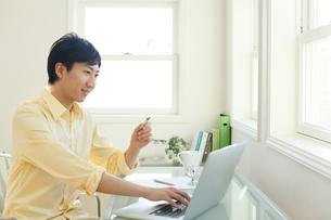 ネットショッピングをする男性の写真素材 [FYI02031136]