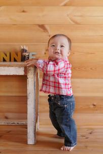 つかまり立ちする赤ちゃんの写真素材 [FYI02031158]