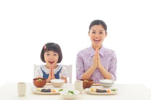 朝ご飯を食べるお母さんとおかっぱの女の子の写真素材 [FYI02031164]
