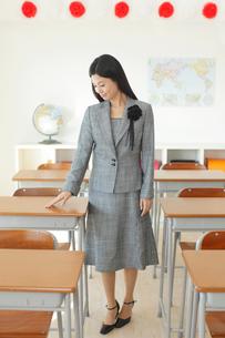 卒業式の日に教室で感慨に浸る先生の写真素材 [FYI02031175]