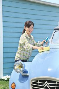 水色の可愛い自動車を洗車する女性の写真素材 [FYI02031201]
