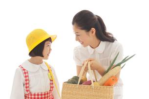買物かごを持つお母さんとおかっぱの女の子の写真素材 [FYI02031204]