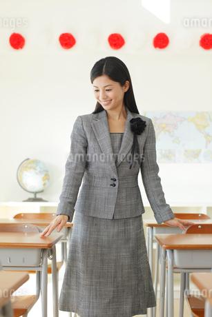 卒業式の日に教室で感慨に浸る先生の写真素材 [FYI02031217]