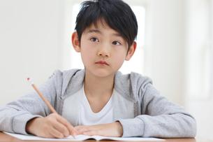 教室で勉強をする男の子の写真素材 [FYI02031218]