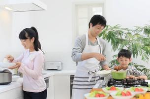 昼食のカレーの準備をするお父さんと子どもの写真素材 [FYI02031224]
