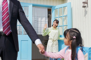 出勤するパパと登校する娘を見送るママの写真素材 [FYI02031228]