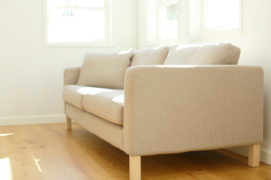 ソファーのあるリビングの合成向け背景素材の写真素材 [FYI02031249]