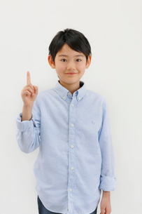 指さしポーズをする男の子の写真素材 [FYI02031291]
