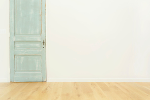 アンティークの扉がある部屋の合成向け背景素材の写真素材 [FYI02031292]