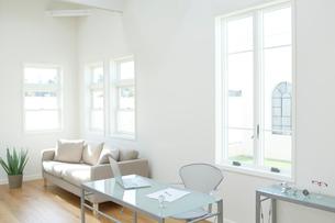 ホームオフィスイメージの明るい部屋の写真素材 [FYI02031296]