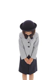 おじぎをする案内係の女の子の写真素材 [FYI02031302]