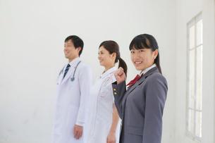 医師と看護師と医療の道を志す学生の写真素材 [FYI02031305]
