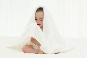 タオルをかぶる裸の赤ちゃんの写真素材 [FYI02031306]