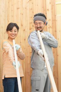 大工さんに作業を習う女性の写真素材 [FYI02031310]