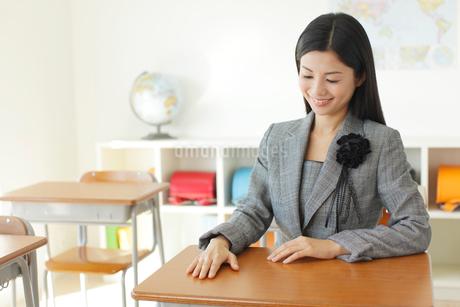 卒業式の日に教室で感慨に浸る先生の写真素材 [FYI02031314]