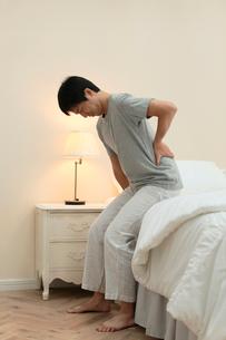 腰痛に苦しむ男性の写真素材 [FYI02031316]
