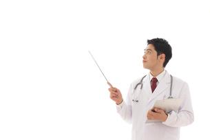 指示棒を持つ医師の合成向け人物素材の写真素材 [FYI02031327]