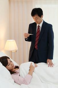 体調不良の妻を看病する夫の写真素材 [FYI02031348]