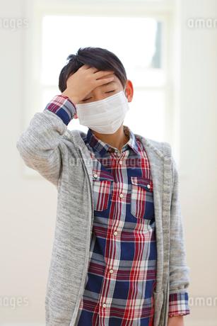 マスクをした体調不良の小学生の写真素材 [FYI02031372]