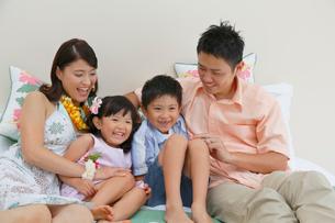 南国リゾートの旅行を楽しむ家族の写真素材 [FYI02031381]