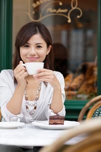 ヨーロッパイメージのカフェで寛ぐ女性の写真素材 [FYI02031384]