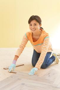 日曜大工をする女性の写真素材 [FYI02031391]
