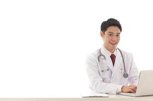 デスクワークをする医師の写真素材 [FYI02031414]