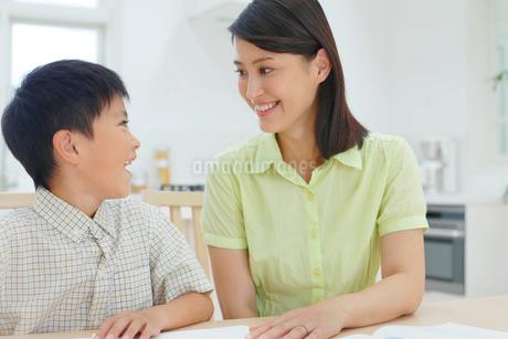 勉強をする子どもと教えるお母さんの写真素材 [FYI02031429]