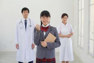 医師と看護師と医療の道を志す学生の写真素材 [FYI02031431]