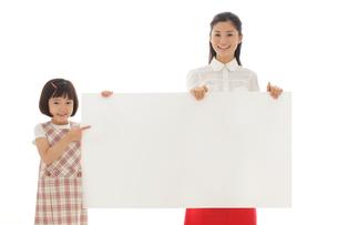 ホワイトボードを持つおかっぱの女の子とお母さんの写真素材 [FYI02031442]