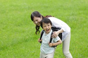 新緑の中のお母さんとランドセルの男の子の写真素材 [FYI02031446]