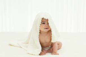 ブランケットをかぶる裸の赤ちゃんの写真素材 [FYI02031468]