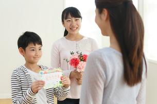 母の日のプレゼントを贈る子どもたちの写真素材 [FYI02031470]