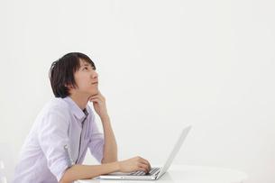 ホームオフィスで仕事をする男性の写真素材 [FYI02031476]