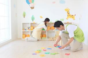 教室の片づけをする男女の幼稚園の先生の写真素材 [FYI02031477]