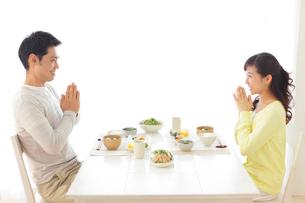 朝食を食べる新婚夫婦の写真素材 [FYI02031492]