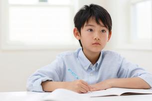 教室で勉強をする男の子の写真素材 [FYI02031516]