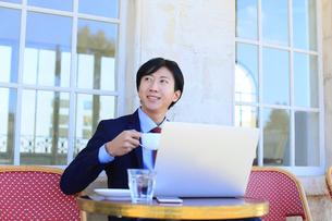カフェで仕事をするビジネスマンの写真素材 [FYI02031559]