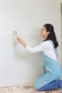 壁のリフォームをする主婦の写真素材 [FYI02031565]
