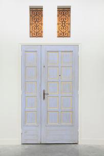 シンプルな壁とアンティークの扉の写真素材 [FYI02031582]