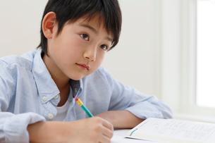 教室で勉強をする男の子の写真素材 [FYI02031590]