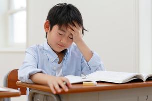 授業中に具合が悪くなった小学生の写真素材 [FYI02031599]