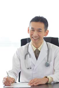 優しい笑顔の医師の写真素材 [FYI02031620]